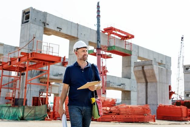 Site-ingenieur auf einer baustelle