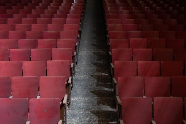 Sitze eines alten, verlassenen theaters
