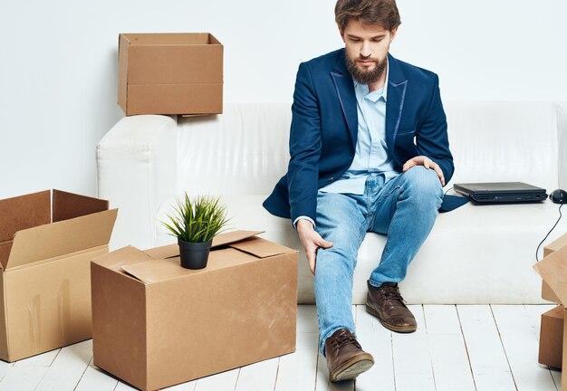 Sitzen auf der couch bürokram bewegende professionelle arbeit