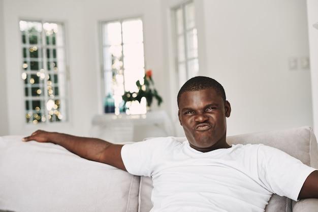 Sitzen auf der couch zu hause innen freizeitwochenende