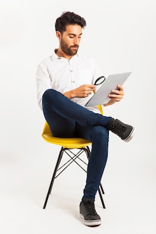 Sitzen und lesen mit lupe