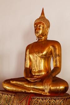 Sitzende buddha-statue nah oben, thailand