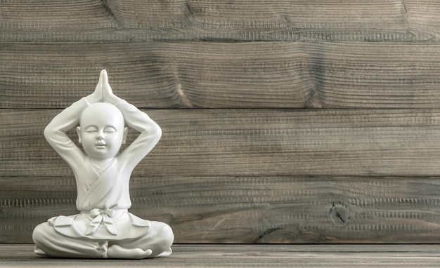Sitzender buddha. weiße mönchstatue. meditation. entspannend
