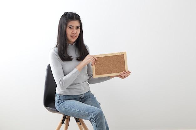 Sitzender stuhl der jungen asiatischen frau