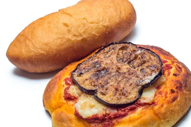 Sizilianische rotisserie. gebratene calzone und pizzetta mit auberginen