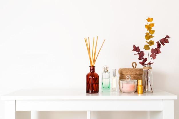 Skandinavische hygieneart, hauptinnenaromadiffusor mit hölzernen stöcken, parfüm, strohkorb, getrocknete eukalyptuszweige