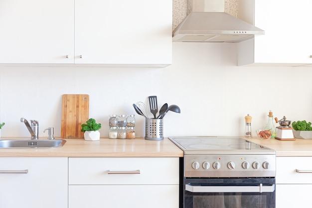 Skandinavische klassische minimalistische küche mit weißen und hölzernen details