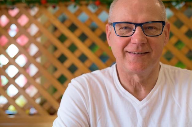 Skandinavischer älterer mann, der im restaurant bereit zum frühstück sitzt