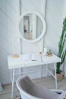Skandinavischer moderner gemütlicher eco innenraum, weiße tabelle und spiegel im bettraum