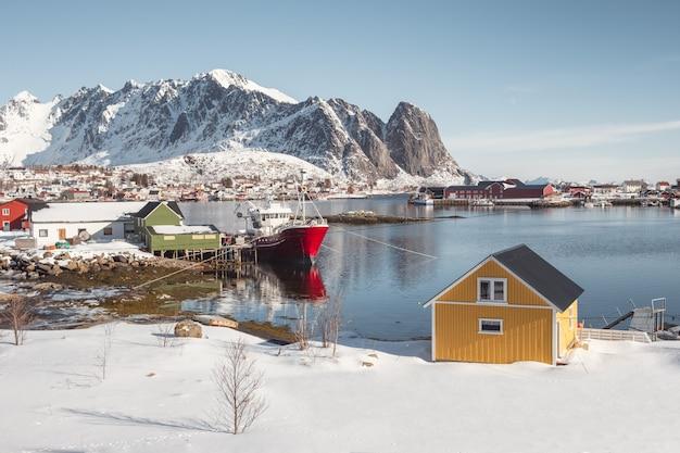 Skandinavisches dorf auf küstenlinie in lofoten-inseln