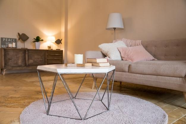 Skandinavisches interieur. braune wand im gemütlichen wohnzimmer.