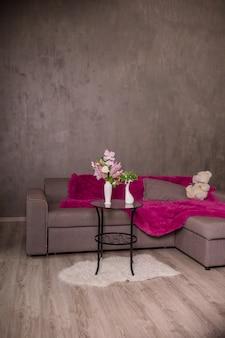 Skandinavisches interieur. sofa und runder tisch.