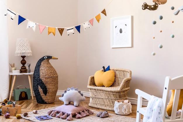 Skandinavisches kinderzimmer-interieur mit mock-up-fotorahmen-spielzeug und zubehör in moderner wohnkultur