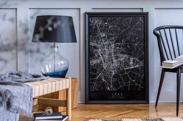 Skandinavisches wohnzimmer mit chaiselongue-mock-up-posterkarte und eleganten persönlichen accessoires