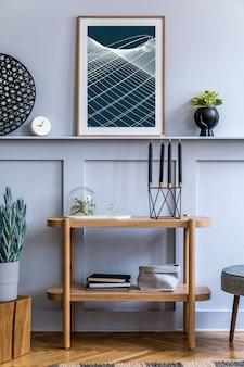 Skandinavisches wohnzimmer mit holzregal, posterkarte und eleganten persönlichen accessoires