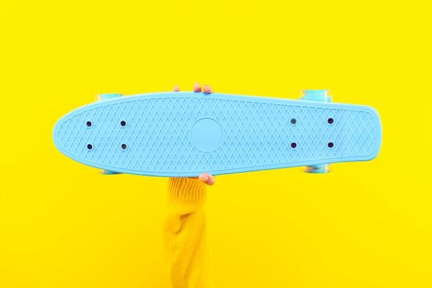 Skateboard in der hand