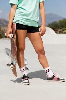 Skater holding board hautnah