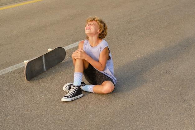 Skater leidet unter schmerzen nach dem skateboardfahren