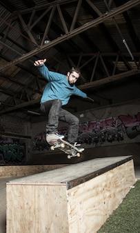 Skater macht ollie unten hubba leiste
