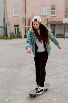Skater mädchen reitet ihr skateboard