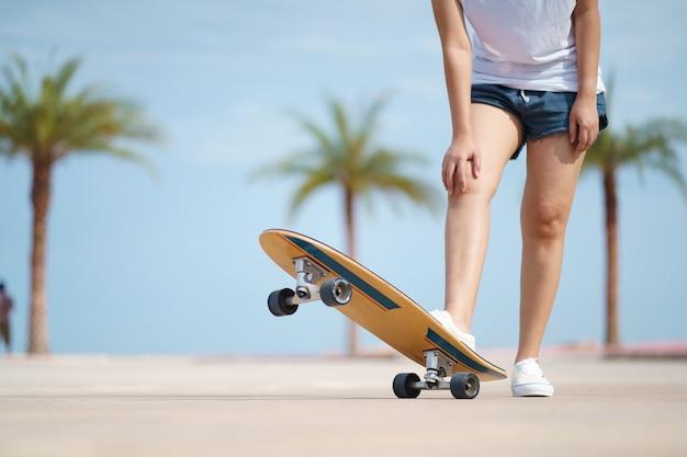 Skater mit palmenhintergrund