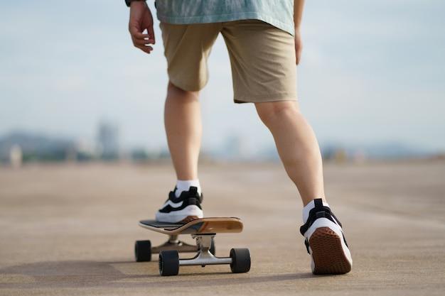Skater nahaufnahme der beine mit stadthintergrund