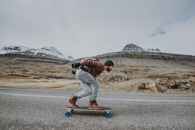 Skater reist island auf seinem longboard