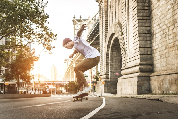Skater training in einem skatepark in new york