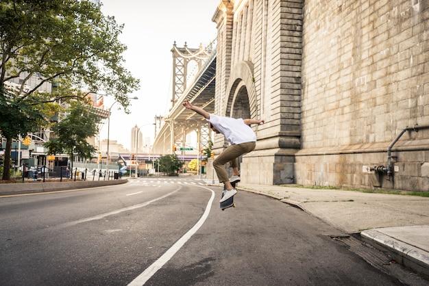 Skater training in einem skatepark in new york