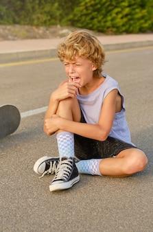 Skater weint, nachdem er vom skateboard gefallen ist