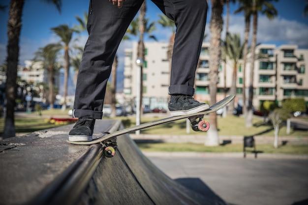 Skater will mit seinem skate eine rampe runter
