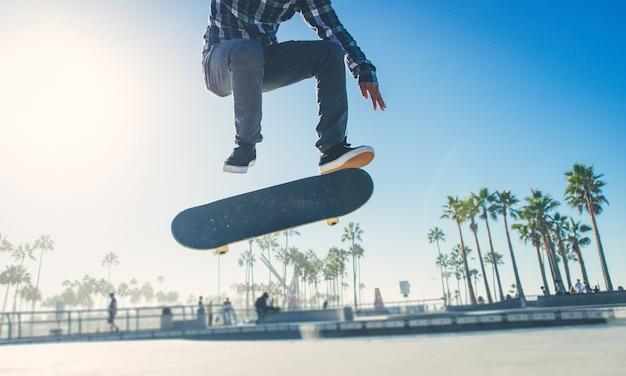 Skaterjunge, der am skatepark übt