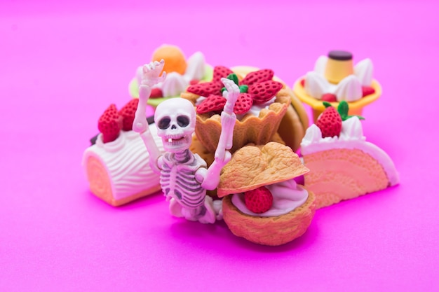 Skelett und bäckerei, genießen sie das essen bis zum tod mit süßen desserts.
