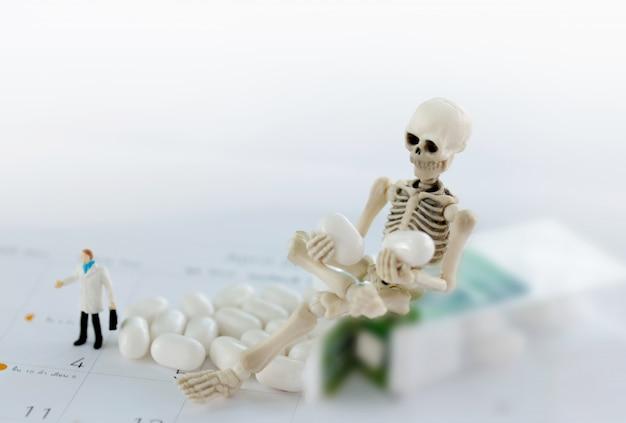 Skelett und droge, medizinische gesundheit und gegen drogenkonzept.