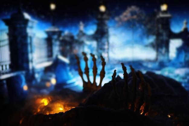 Skelett zombie hand steigt aus friedhof - halloween