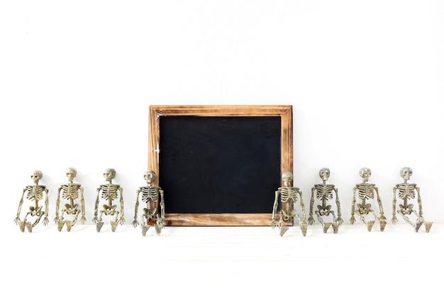 Skelette nahe leerer tafel