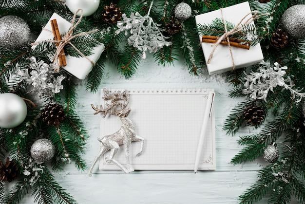 Sketchbook mit hirsch zwischen weihnachtszweig