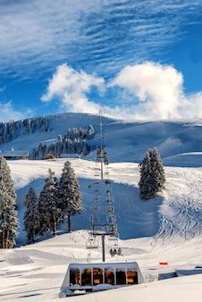 Ski chairlifts semnoz berge, frankreich