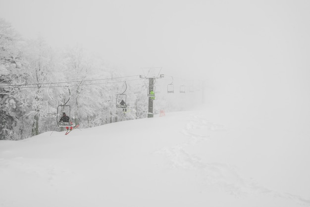 Skiaufzug über schneeberg im skiort