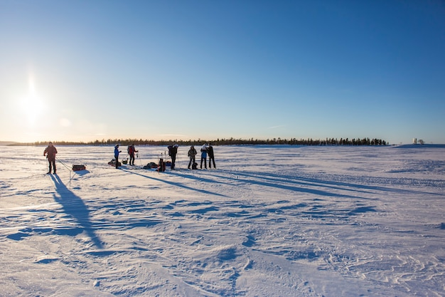 Skiexpedition in inari see, lappland, finnland