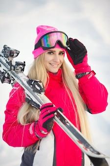 Skifahren in den bergen. helle farbe der skikleidung. mädchen verbringt zeit mit skifahren.