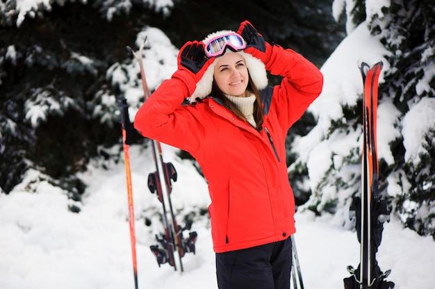 Skifahren. schnee scoot im wald. wintersport. mädchen im winterwaldskifahren.