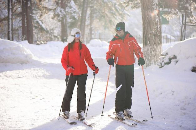 Skifahren, schnee, winterspaß, glückliche familie fährt im wald ski.