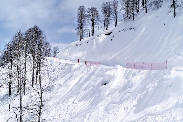 Skifahren und snowboarden im bergskigebiet