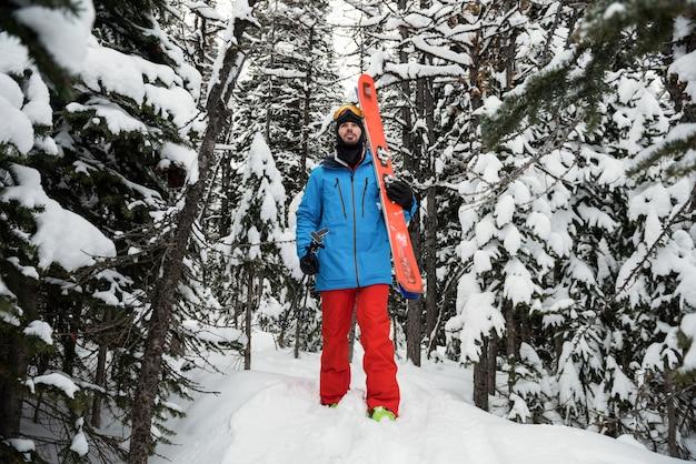 Skifahrer, der auf schneebedeckten bergen geht