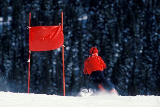 Skifahrer, der laufende flagge überschreitet