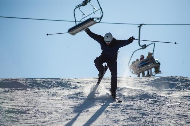 Skifahrer im moment auf die schneebedeckte piste fallen
