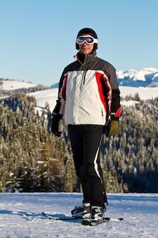Skifahrer in bergen