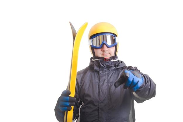 Skifahrer in brille und helm, hält ski isoliert auf weiß