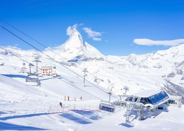 Skifahrer in der drahtseilbahn zu matterhorn glacier paradise mit bewölktem blauem himmel in zermatt, switzer